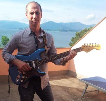 Je suis des cours chez Ignazio depuis à peine un mois et j'avoue en toute sincérité avoir compris en 4 cours ce que d'autres n'ont pas su me faire comprendre en plusieurs années. Ignazio est un virtuose de la guitare, sachant expliquer les choses d'une manière très persuasive et personnelle. Il est à l'écoute, disponible, patient et doté d'un charisme hors du commun. Il est digne d'enseigner cet instrument qu'est la guitare qui passionne beaucoup de mélomanes.